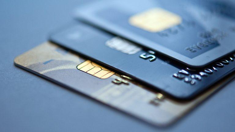 Carte de crédit ou de débit, carte prépayée, crédit renouvelable et carte multi-devises: quelles sont les différences ?